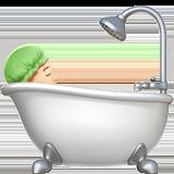 принимает ванную (светлый тон)