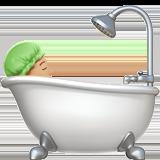 принимает ванную (светло-коричневый тон)