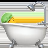 Принимает ванную